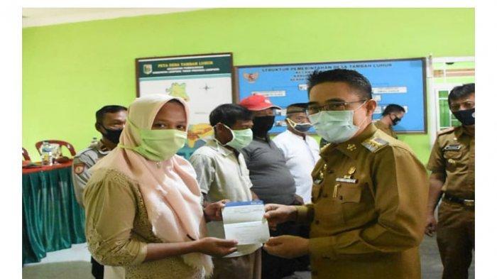 Zaiful Bokhari Serahkan Bantuan Langsung Tunai Dana Desa (BLT DD) di Kecamatan Purbolinggo