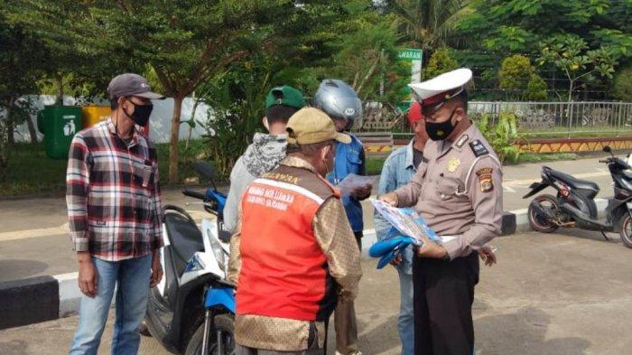 Satlantas Polres Pesawaran Lampung Berikan Penling tentang Covid-19 ke Tukang Ojek