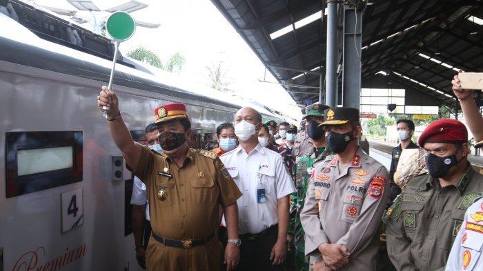 Gubernur Lampung Arinal Djunaidi meninjau Stasiun Tanjungkarang, Bandar Lampung, Selasa (4/5/2021).