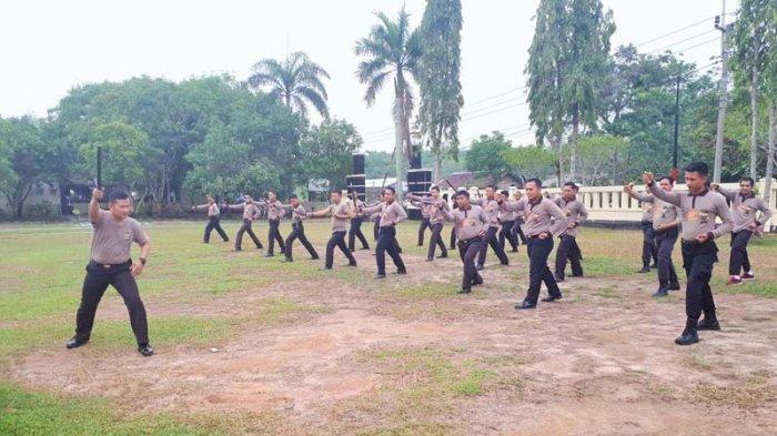 Anggota Polres Way Kanan Latihan Bela Diri Tongkat Polri