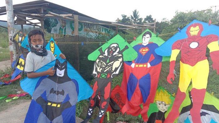 Layang-layang Karakter Super Hero Mejeng di Tepi Jalinbar Pringsewu Lampung