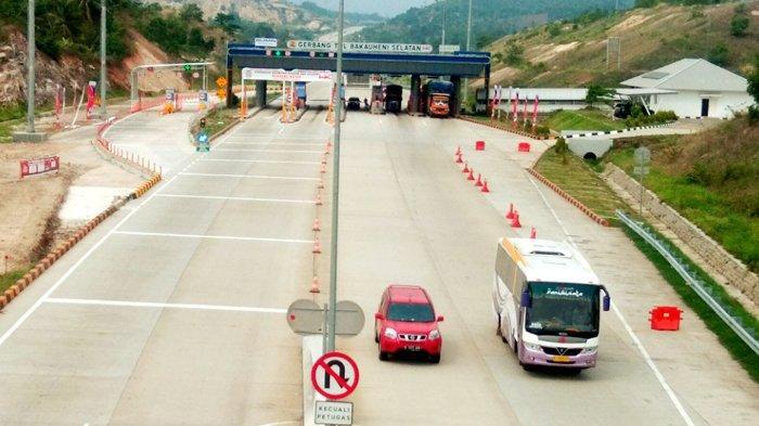 Terekam CCTV, Pengemudi Mobil Ambil Dompet Pengendara Lain yang Jatuh di Gerbang Tol