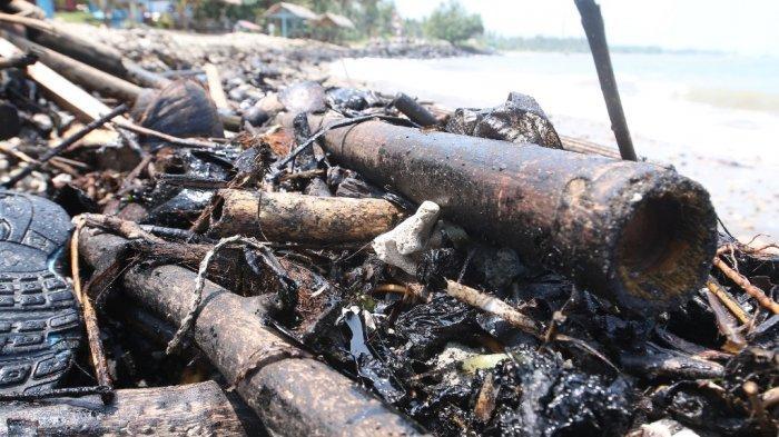 Limbah menyerupai minyak tercecer di pesisir Pantai Sabalang, Katibung, Lampung Selatan, Jumat (10/9/2021).