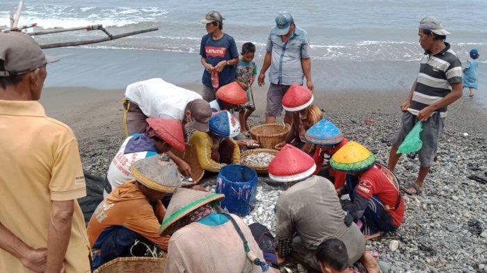 Material Diduga Limbah Rusak Jaring Nelayan di Tanggamus Lampung