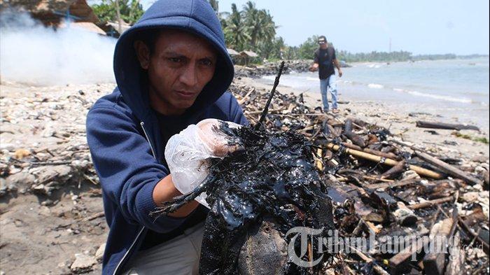 Limbah Diduga Aspal Penuhi Bibir Pantai Sebalang Lampung Selatan