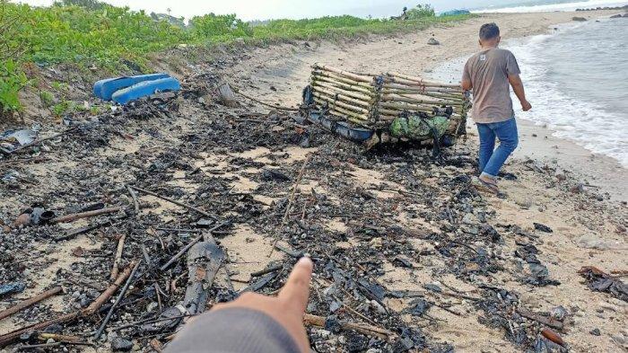 DLH: Limbah Minyak Mentah dan Aspal Tersebar di Sepanjang Pantai Lampung Selatan