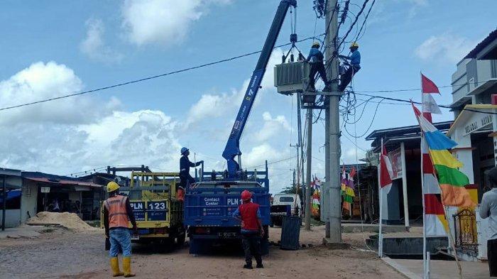 Petugas PLN UID Lampung melakukan pemeriksaan jaringan listrik di Kampung Dipasena, Rawajitu Timur, Tulangbawang, Lampung, pertengahan tahun lalu. Mulai Agustus 2020, warga di Kampung Bumi Dipasena mulai menikmati aliran listrik PLN.