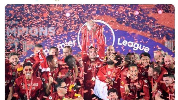 Liverpool saat mengangkat trofi Liga Inggris di Stadion Anfield.