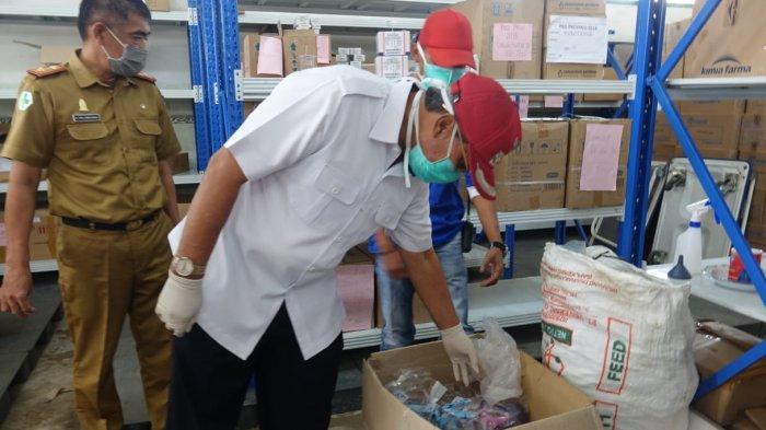 Loekman Djoyosoemarto Memeriksa Kesiapan Pengadaan Obat-Obatan dan Desinfektan