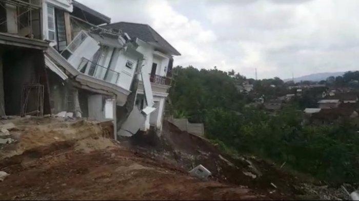 BREAKING NEWS 2 Rumah Mewah di Citraland Bandar Lampung Ambles Terkena Longsor