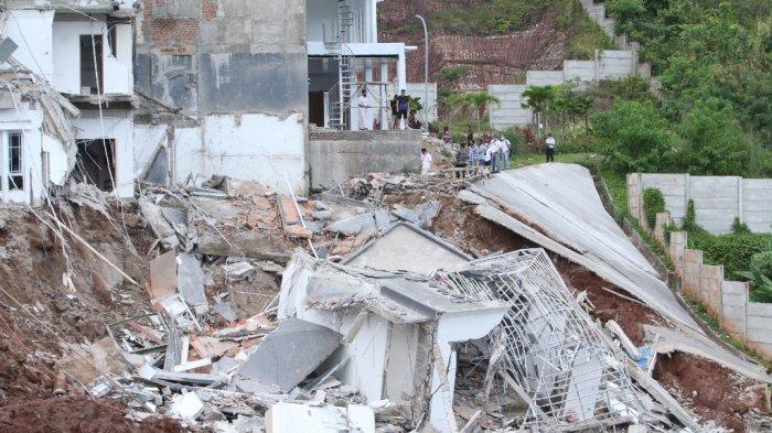 Dua rumah di Perumahan Citraland, Bandar Lampung, ambles karena longsor, Selasa (26/1/2021).