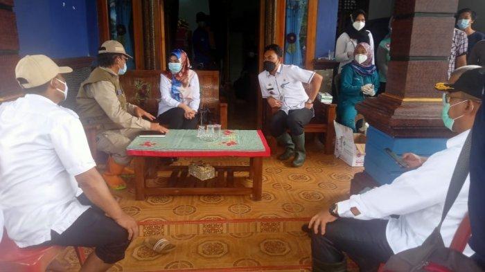 Bupati Dewi Handajani Tinjau Banjir di Kecamatan Bulok, Ingatkan Warga untuk Waspada