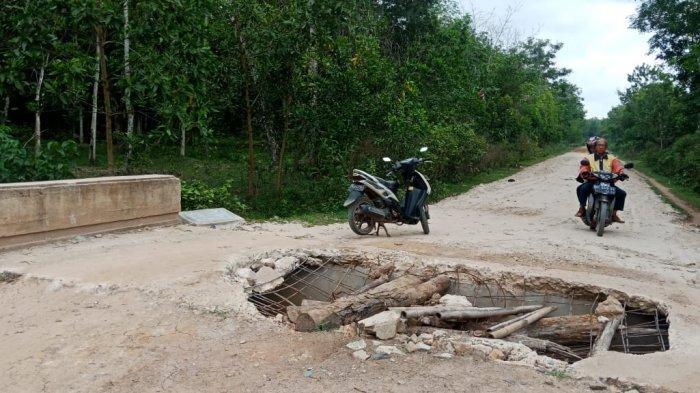 Lubang Besar di Jembatan yang Ada di Desa Harapan Jaya Bahayakan Pengendara