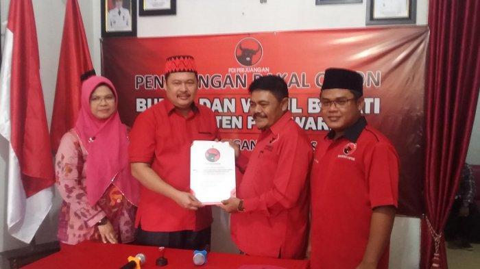 Didampingi Sang Istri Ketua Sementara DPRD Nasir Daftar Balon Bupati Pesawaran