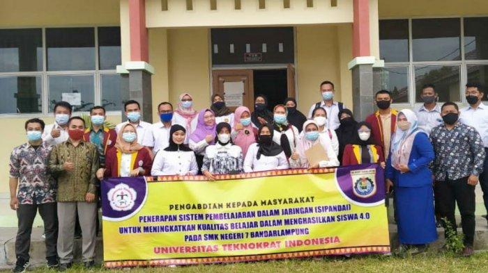 Dosen dan mahasiswa Universitas Teknokrat Indonesia salah satuUniversitas Terbaik di Lampung, tak henti-hentinya memberi pelatihan guru di sejumlah sekolah di Provinsi Lampung.