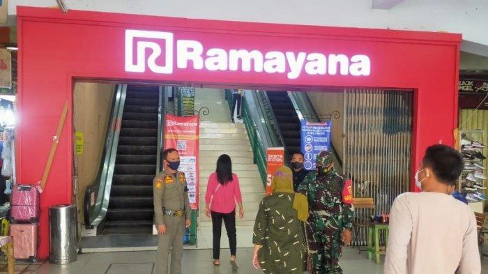 Babinsa Koramil 410-05/TKP Serda Jasmin Imbau Pengunjung Mall Ramayana Terapkan Prokes dan 3M