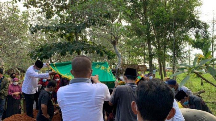 Salat Jenazah Diimami Putranya, Eks Bupati Lampung Timur Satono Dimakamkan Dekat Ayahnya