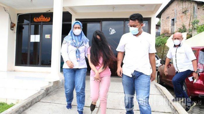 Mantan Istri Andika Kangen Band Ditangkap Kasus Sabu, Tunjukkan Tato di Lengan saat Keluar Ruangan