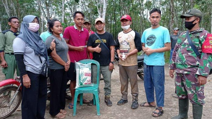 Mesuji Adventure Off-road Community memberikan bantuan sembako kepada warga kurang mampu di Desa Harapan Mukti, Kecamatan Tanjung Raya, Kabupaten Mesuji, Sabtu (10/4/2021).