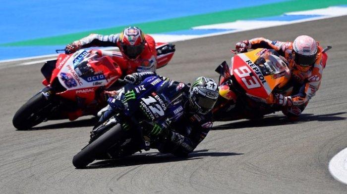 Marc Marquez (Repsol Honda) saat berusaha menyalip Jack Miller (Pramac Racing) dan Maverick Vinales (Monster Energy Yamaha) pada balapan MotoGP Spanyol, 19 Juli 2020.
