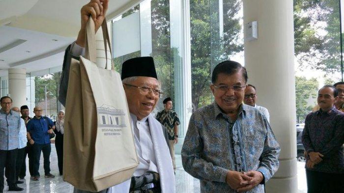 Wakil Presiden terpilih Maruf Amin menemui Wakil Presiden Jusuf Kalla di Kantor Wapres, Jakarta. Maruf menunjukkan goodie bag yang diberikan Kalla
