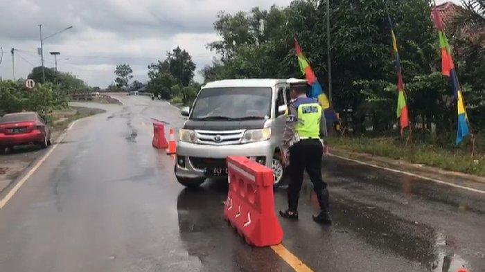 Masih Nekat Coba Melintas, Petugas Paksa Sejumlah Mobil Putar Arah di Jalintim Mesuji