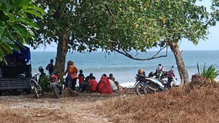 Masyarakat Tanggamus Lampung Kunjungi Pantai di Libur Lebaran, Yudi: Enak untuk Kumpul-kumpul