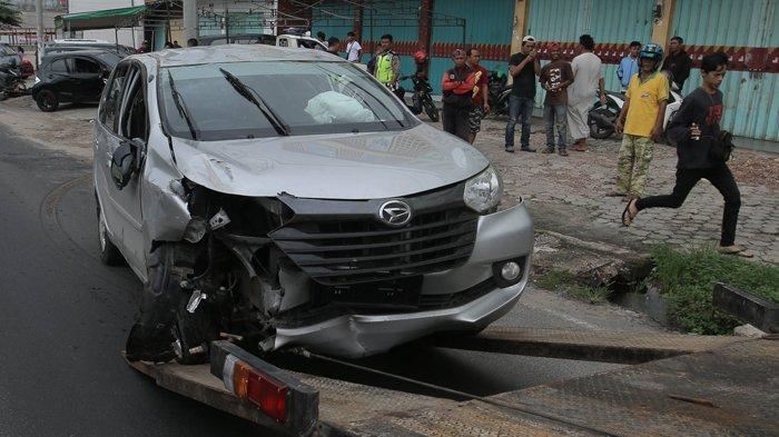 Mata Sopir Daihatsu Xenia Diduga Kena Abu Rokok hingga Tak Bisa Kendalikan Mobil