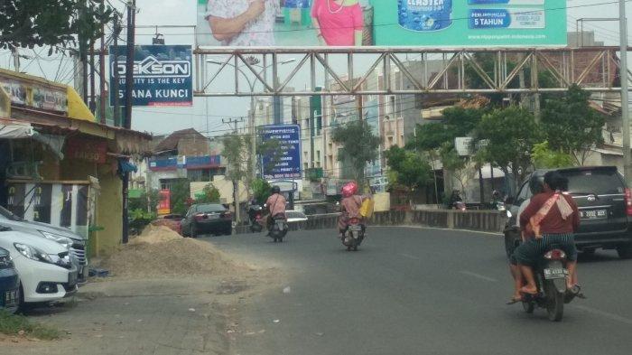 Tumpukan Material di Trotoar Jalan Antasari Ganggu Pejalan Kaki