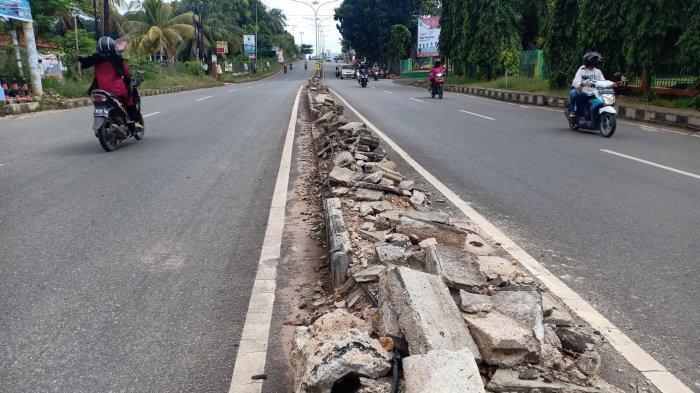 Kapan Diperbaiki? Median Jalan Depan Gedung Graha Bhakti Pramuka Rusak