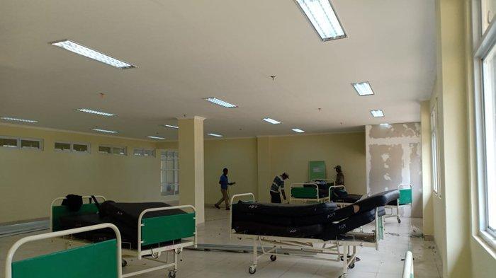Sejumlah pekerja sedang melakukan pekerjaan akhir mempersiapkan satu ruangan di RSP Unila sebagai tempat isolasi pasien Covid-19 Bandar Lampung, Minggu (15/11/2020). Melongok Persiapan RSP Unila Sebagai Tempat Isolasi Pasien Covid-19 Bandar Lampung. (Tribunlampung.co.id/V Soma Ferrer)
