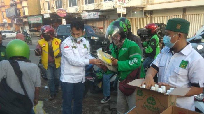 PBB Lampung Sebar Takjil dan Sembako ke Driver Ojol