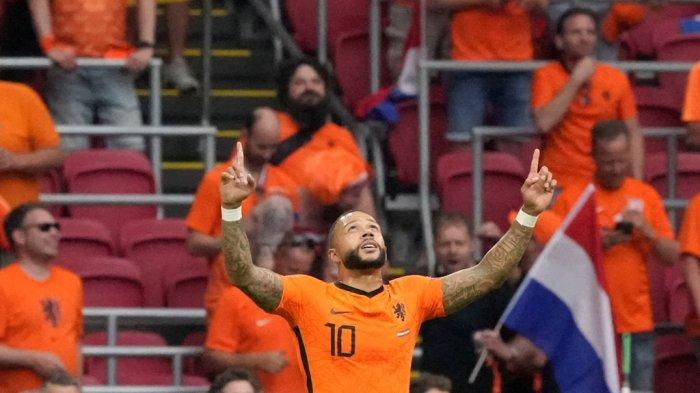 FBL-EURO-2020-2021-MATCH17-NED-AUT Pemain depan Belanda Memphis Depay merayakan mencetak gol pembuka dari titik penalti selama pertandingan sepak bola Grup C UEFA EURO 2020 antara Belanda dan Austria di Johan Cruyff Arena di Amsterdam pada 17 Juni 2021. Peter Dejong / POOL / AFP