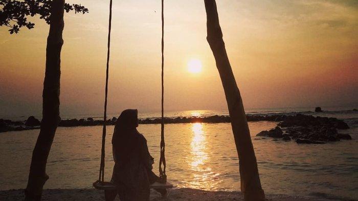 Menikmati keindahan sunset di Pantai Semukuk, Kalianda, Lampung Selatan.