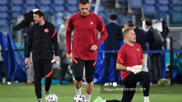 ilustrasi - Bek Turki Merih Demiral menghadiri sesi latihan di Stadion Olimpiade di Roma pada 10 Juni 2021 menjelang pertandingan sepak bola Grup A UEFA EURO 2020 antara Turki dan Italia. Filippo MONTEFORTE / AFP