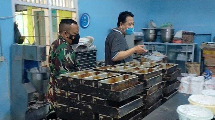 Pembinaan Teritorial TNI, Serda Guratno Kunjungi Pembuatan Sosis dan Kulit Lumpia
