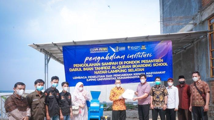 Rektor UM Metro Berikan Mesin Pencacah Sampah dan Pupuk Pumakkal bagi Tahfidz Qu'an Darul Iman