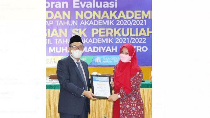 Dosen Bahasa Inggris Raih Penghargaan Pengabdi Terbaik II Kampus Terbaik di Sumatera UM Metro