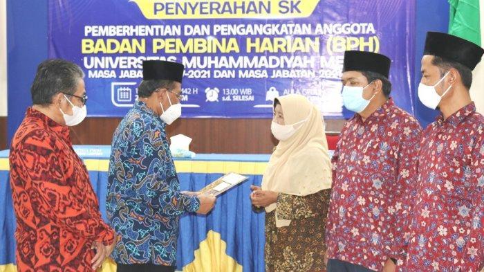 Ketua PWM Lampung Serahkan SK Pengangkatan Anggota BPH UM Metro Masa Jabatan 2021-2023