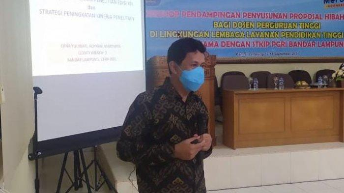 Kepala LPPM Kampus Terbaik di Sumatera UM Metro Jadi Pemateri Penyusunan Penelitian di STKIP