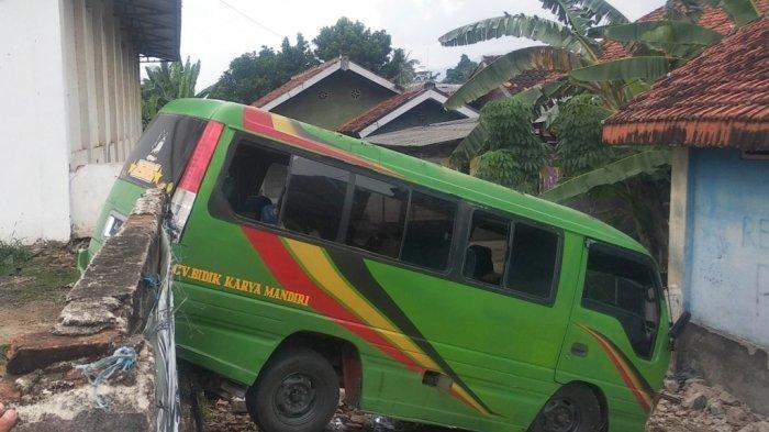 Mau ke Pahawang, Mobil Travel Berisi Pelancong asal Palembang Malah Kecelakaan