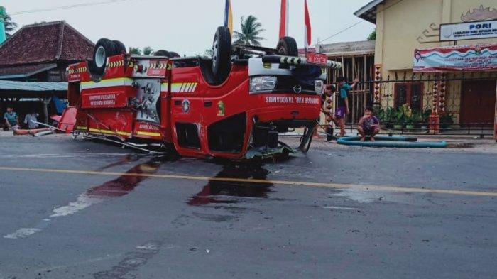 Kejar Kebakaran, Mobil Damkar Tanggamus Lampung Terbalik Saat Manuver di Tikungan
