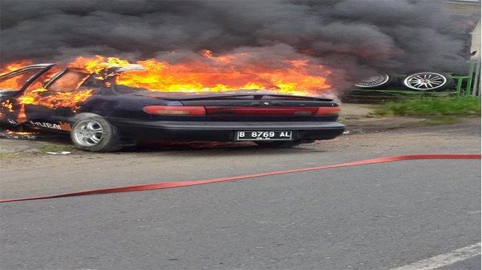 Mobil Sedan Milik Anggota TNI Terbakar Seusai Isi Angin Ban