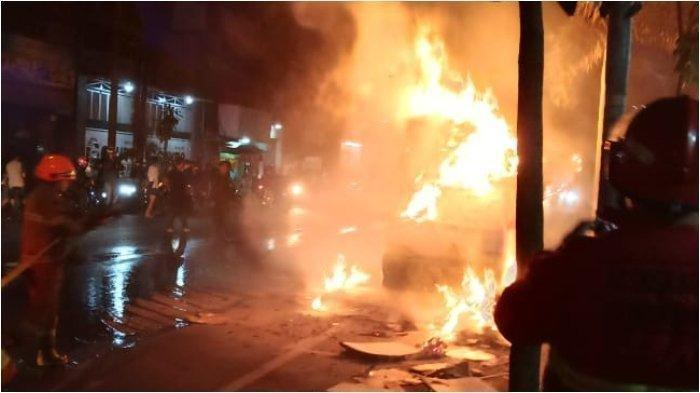 Avanza Diduga Pelaku Tabrak Lari di Bandung Terbakar di Tol saat Dikejar Warga