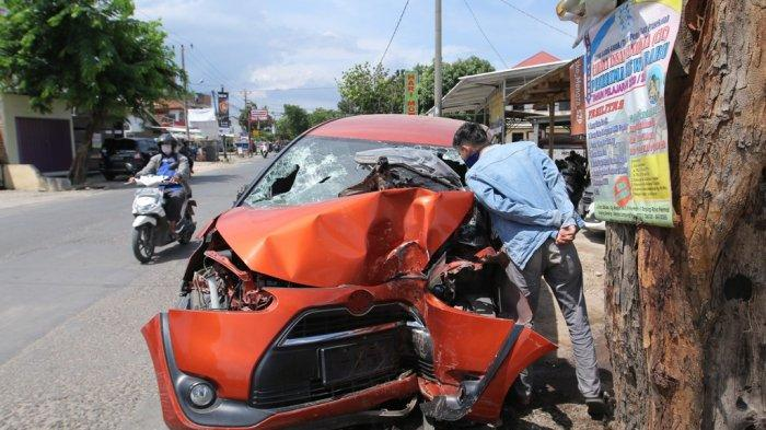 Seusai Tabrak Pohon di Tanjung Senang, Pasutri Terjebak di Dalam Mobil