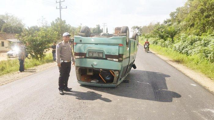 Hindari APV, Travel Berpenumpang 5 Orang Terbalik di Jalintim Simpang Pematang Mesuji