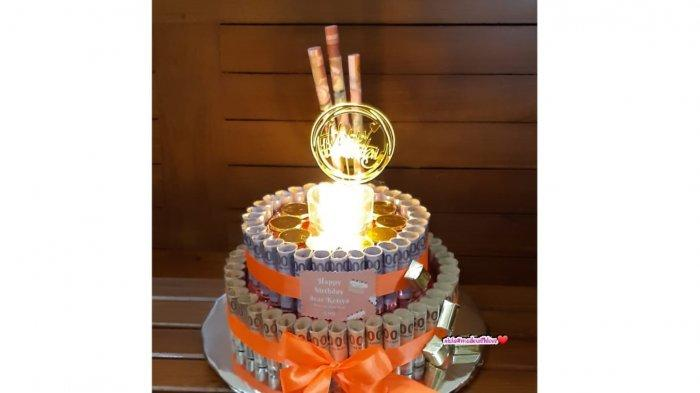 Yunisia Yong Niryana mengkreasikan hadiah ulang tahun dalam bentuk money cake atau money bouquet.