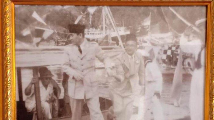 Mr Gele Harun Nasution (kanan) bersama Presiden Soekarno.