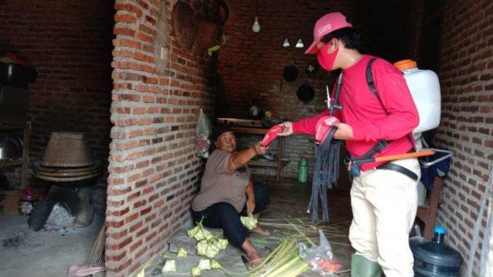 Dikomandoi Eva Dwiana, MTRH Lampung Semprot Disinfektan dan Bagikan Masker di Rajabasa