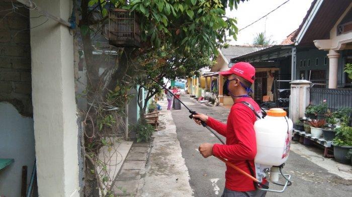 MTRH Lampung Semprot Cairan Disinfektan Rumah Warga di Kecamatan Panjang
